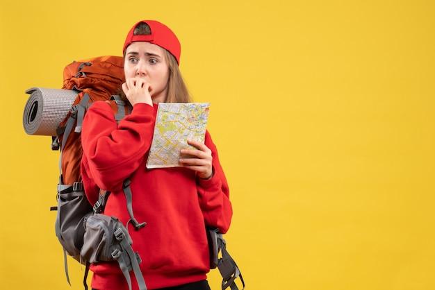 지도 들고 배낭 전면보기 예쁜 여성 여행자