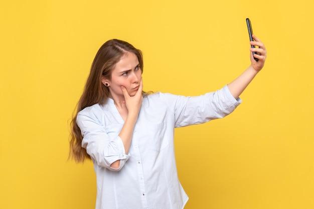 Vista frontale di una bella donna che si fa selfie