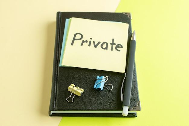 녹색 배경에 검은 메모장과 펜으로 전면보기 개인 서면 메모