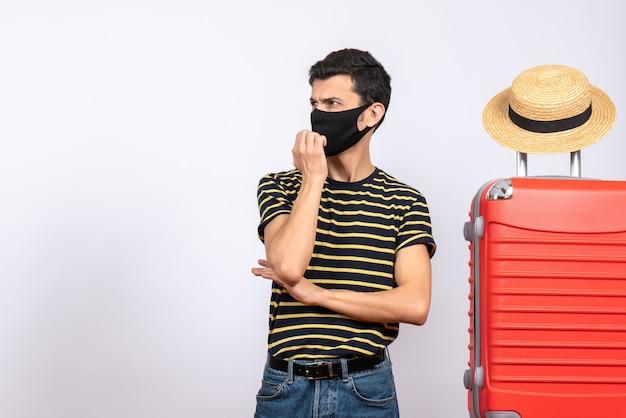 뭔가보고 빨간 가방 근처에 검은 마스크 서 전면보기 젊은 관광객