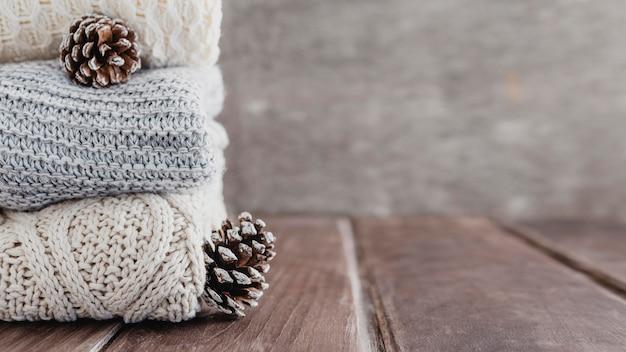 Пуловеры вид спереди и сосновые шишки с копией пространства