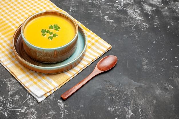 Вид спереди тыквенный суп внутри тарелки на темном столе