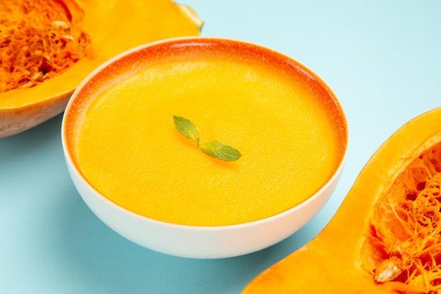 블루 테이블 접시 색 수프에 신선한 호박 전면보기 호박 수프