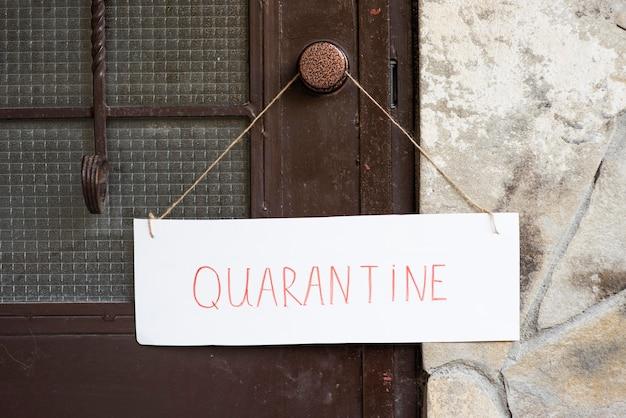 Segno di quarantena vista frontale sulla porta d'ingresso