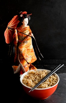 Vista frontale del ramen con bambola giapponese