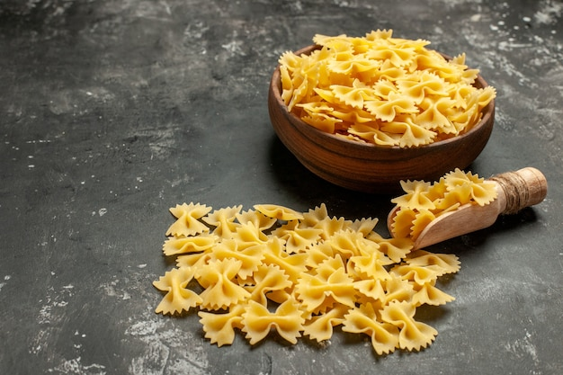 暗い灰色の写真の食事生地食品料理のプレート内の生イタリアン パスタの正面図