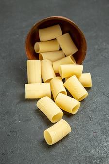 Pasta italiana cruda di vista frontale poco formata