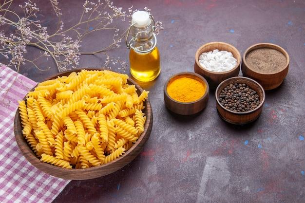 어두운 표면 파스타 음식 식사 성분 색상에 다른 조미료와 기름 전면보기 원시 이탈리아 파스타