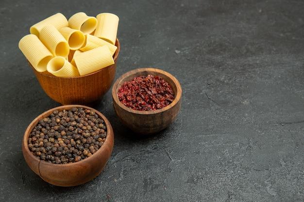 Pasta italiana cruda vista frontale con condimenti