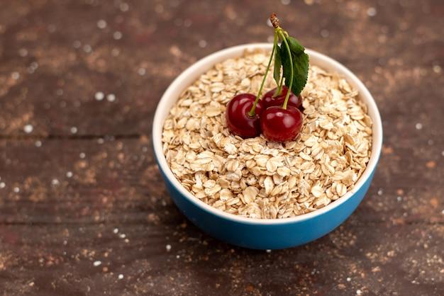ブラウン、食品生健康朝食の青いプレート内正面生オートミール