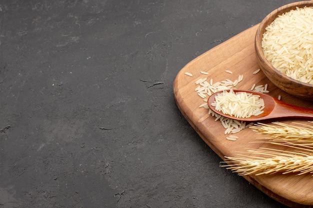 灰色のスペースのプレート内の正面図生米