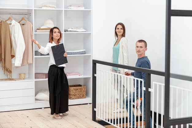 Агент по продаже недвижимости, вид спереди