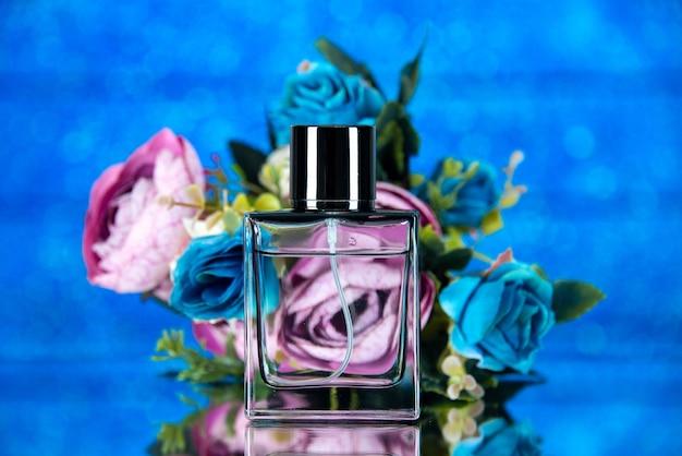 Fiori colorati bottiglia di profumo rettangolo vista frontale su sfondo blu