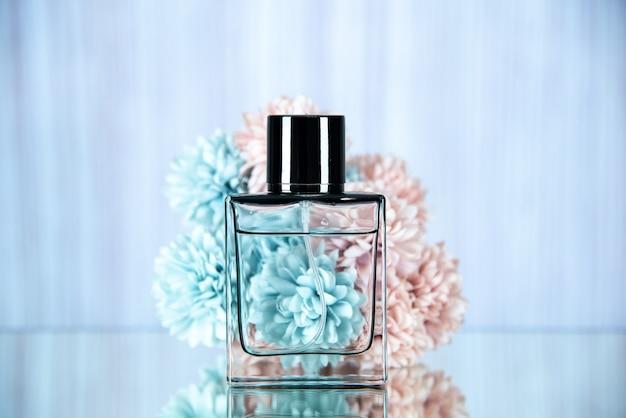 Vista frontale dei fiori della bottiglia di profumo rettangolari
