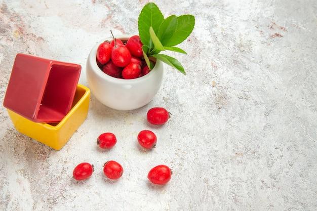 전면 보기 흰색 테이블에 빨간 열매 빨간 과일 베리