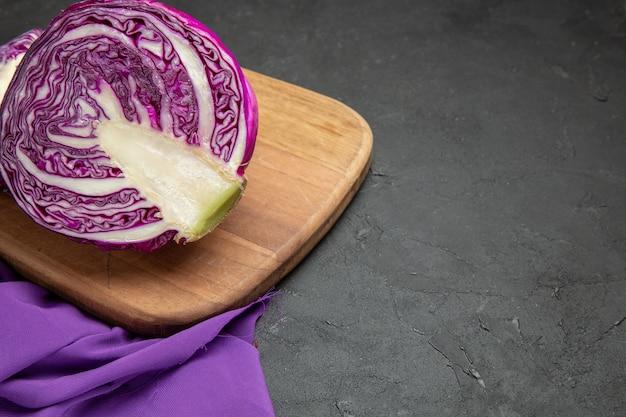 Verdura affettata del cavolo rosso di vista frontale su una salute dell'insalata di dieta della tavola scura