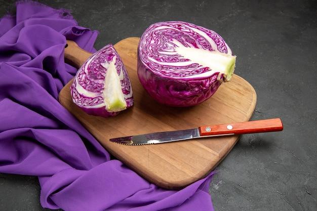Verdura affettata del cavolo rosso di vista frontale sulla salute di dieta dell'insalata della tavola scura