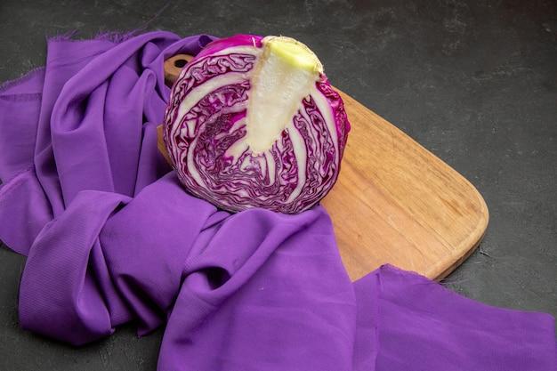 ダークグレーのテーブルダイエットサラダの健康上の正面図赤キャベツスライス野菜