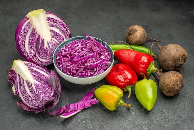 어두운 테이블에 신선한 야채와 함께 전면보기 붉은 양배추 잘 익은 샐러드 건강 다이어트