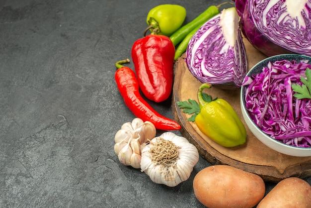 Красная капуста со свежими овощами на сером столе, салат для здоровья спелой диеты, вид спереди