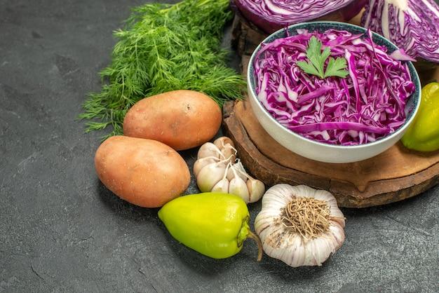 Cavolo rosso vista frontale con verdure e verdure sulla salute matura di dieta insalata di tavola scura