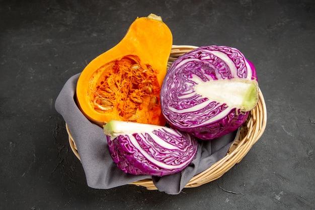 Cavolo rosso di vista frontale con la zucca affettata sulla dieta di salute dell'insalata della tavola scura