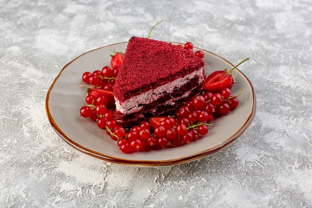 正面の赤いケーキスライスフルーツケーキプレートグレーの新鮮なクランベリーとプレート内