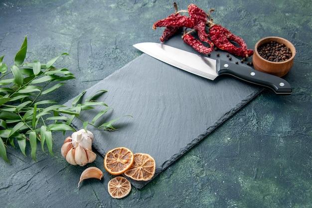 Вид спереди красный сушеный перец с чесноком на синем фоне фото синий еда кухня острый острый перец цвет