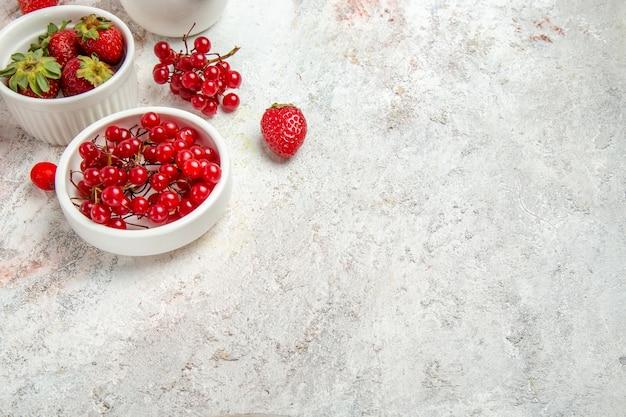 Вид спереди красные фрукты с ягодами на белом столе свежие ягоды красные фрукты