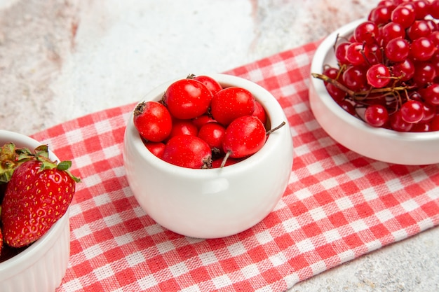 Вид спереди красные фрукты с ягодами на белом столе свежие красные фрукты ягоды