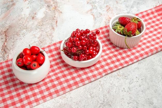 Вид спереди красные фрукты с ягодами на белом столе свежие красные ягоды фруктов