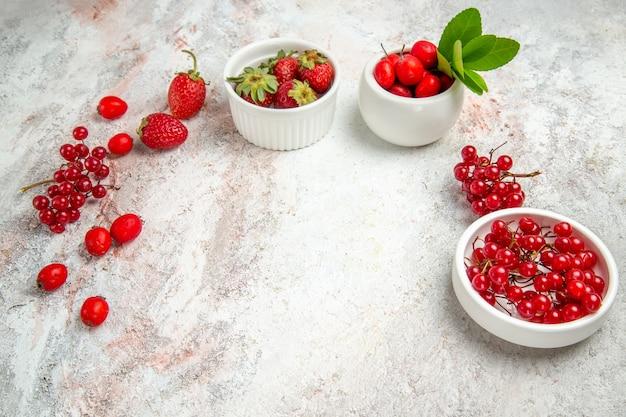 正面図白いテーブルにベリーと赤い果実新鮮なベリー赤い果実