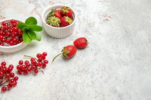 正面図白いテーブルにベリーと赤い果物赤い新鮮なベリーフルーツ