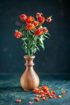 전면 보기 어두운 표면에 붉은 시든 꽃