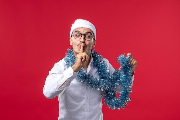 赤い机のクリスマスの人間の休日で新年を祝う正面図通常の男性