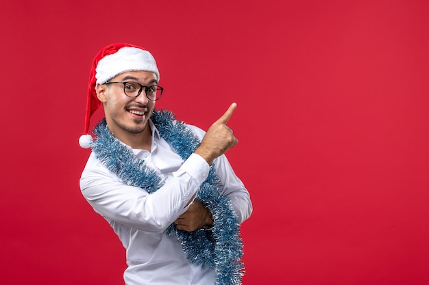 赤い机の人間の休日のクリスマスに新年を祝う正面図通常の男性