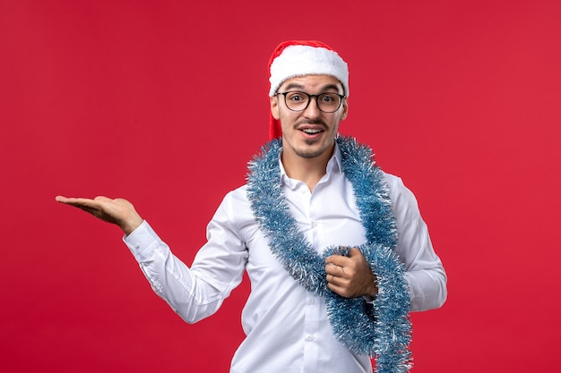 赤い床の人間の休日のクリスマスに新年を祝う正面図通常の男性