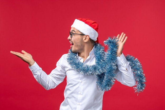 赤い壁の人間の休日のクリスマスに新年を祝う正面図通常の男性