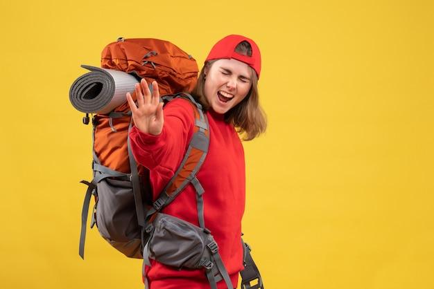 Vista frontale esultò donna viaggiatrice con lo zaino