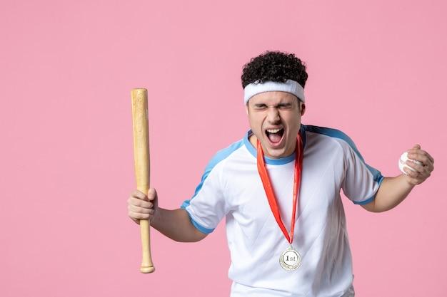 メダルとスポーツ服で野球選手を喜ばせる正面図