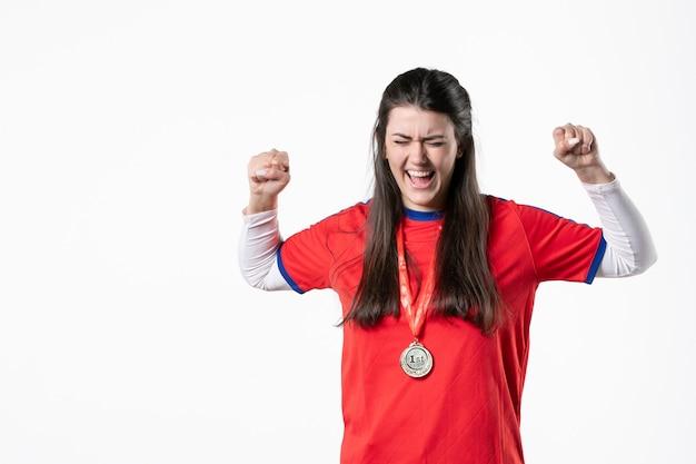 Вид спереди радуясь игроку в спортивной одежде с медалью