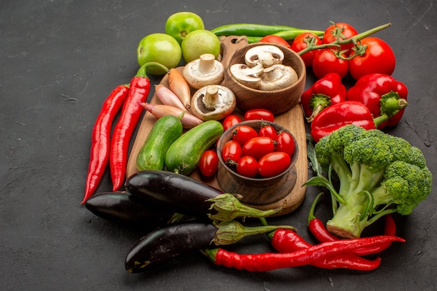 正面図熟した新鮮な野菜とキノコの灰色のテーブル熟した色の新鮮なサラダ