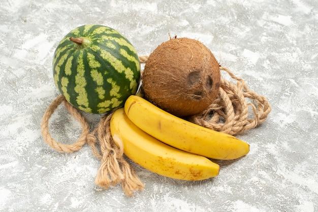 Vista frontale frutti maturi anguria cocco e banane