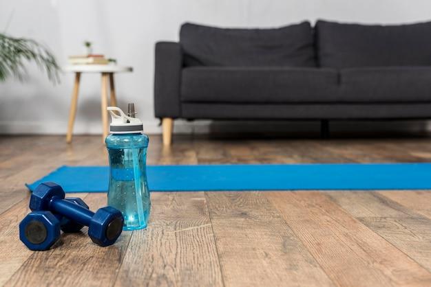 Vista frontale della camera con pesi e bottiglia d'acqua