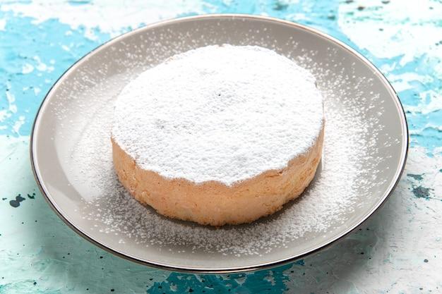 正面図丸いケーキ、水色の表面に砂糖粉が入ったプレートケーキ焼きビスケットシュガースウィートティーカラー