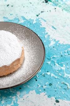 밝은 파란색 표면 케이크 베이킹 비스킷 설탕 달콤한 차 색상에 접시 내부에 설탕 가루와 전면보기 라운드 케이크
