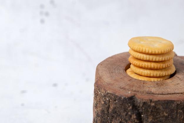 木製の机の上のクッキーラウンドフロントビュー