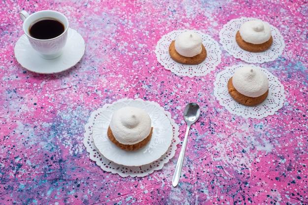 Вид спереди круглое печенье со сливками и чашкой кофе