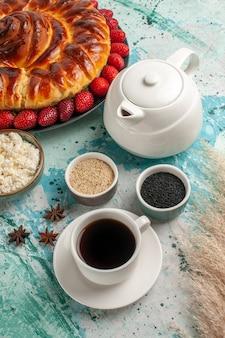 Vista frontale rotonda deliziosa torta con fragole fresche sulla scrivania azzurra torta pasticceria pasta zucchero biscotti biscotto dolce