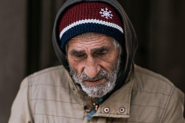 Vista frontale del triste senzatetto